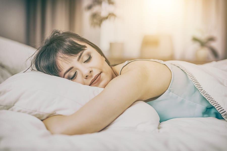 donna dorme in un letto