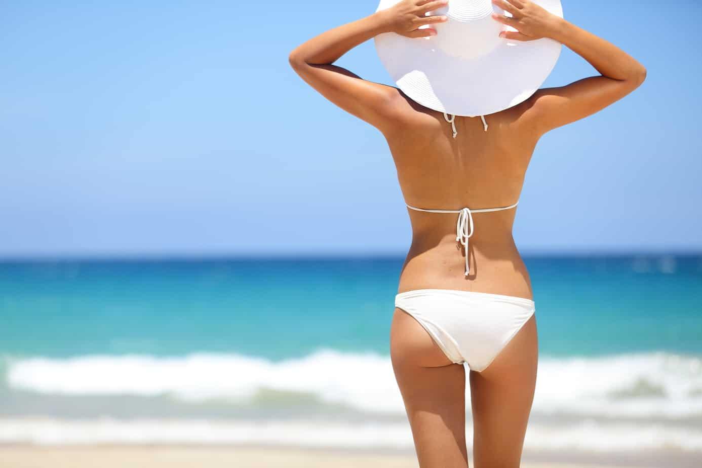 donna in vacanza al mare