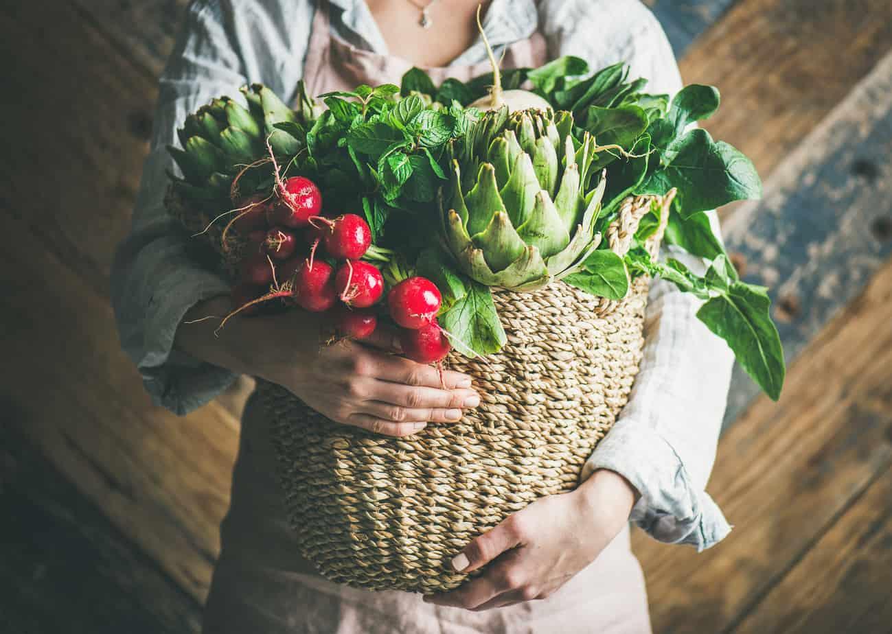 un cestino di verdure per migliorare i livelli di uricemia