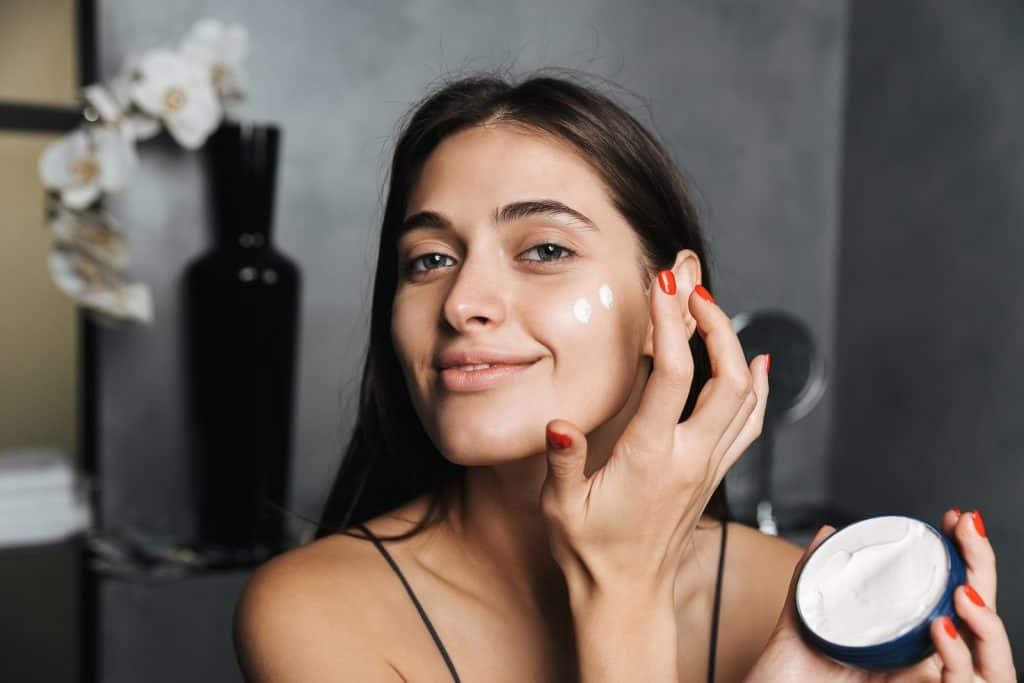 pelle perfetta e luminosa, applicazione della crema da giorno