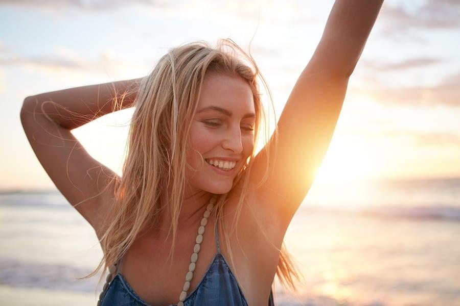 giovane donna felice al mare