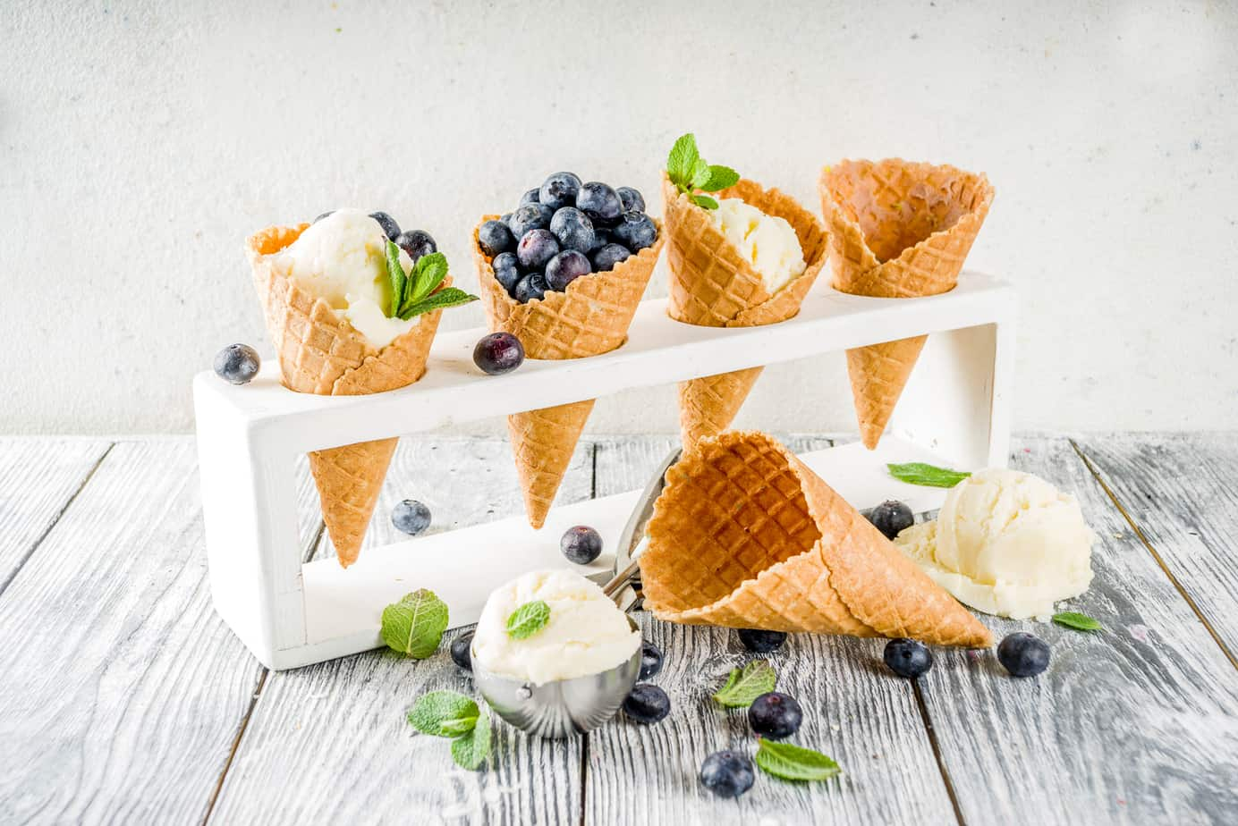 coni di gelato con vaniglia e frutta