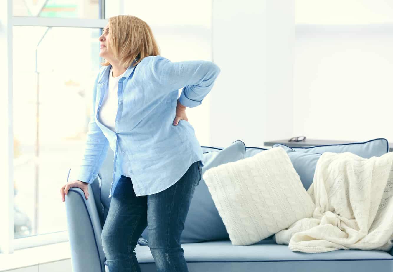 Donna soffre di mal di schiena