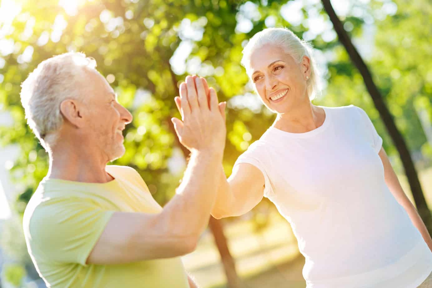 coppia di anziani felici ed energetici