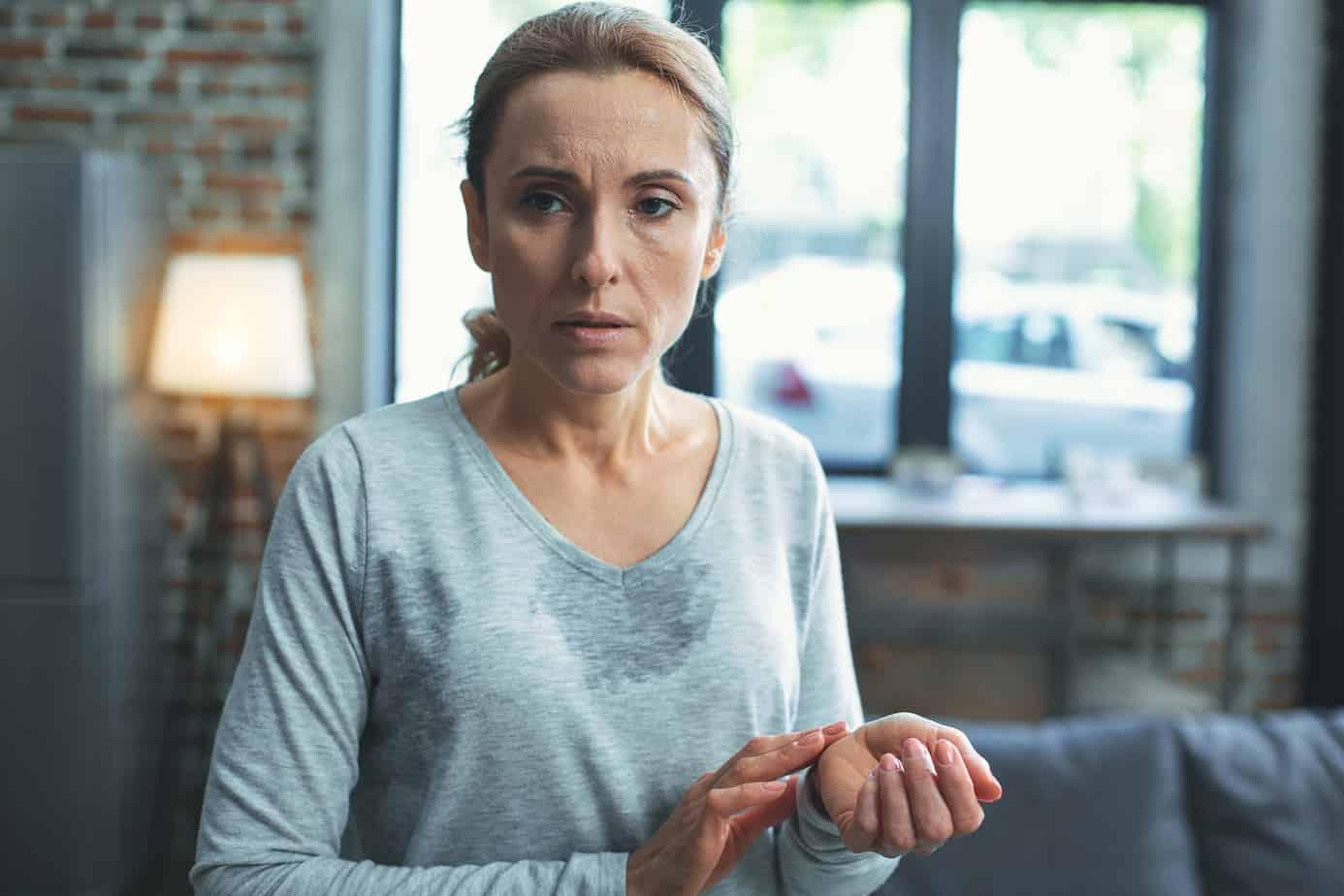 donna in menopausa sudata e preoccupata