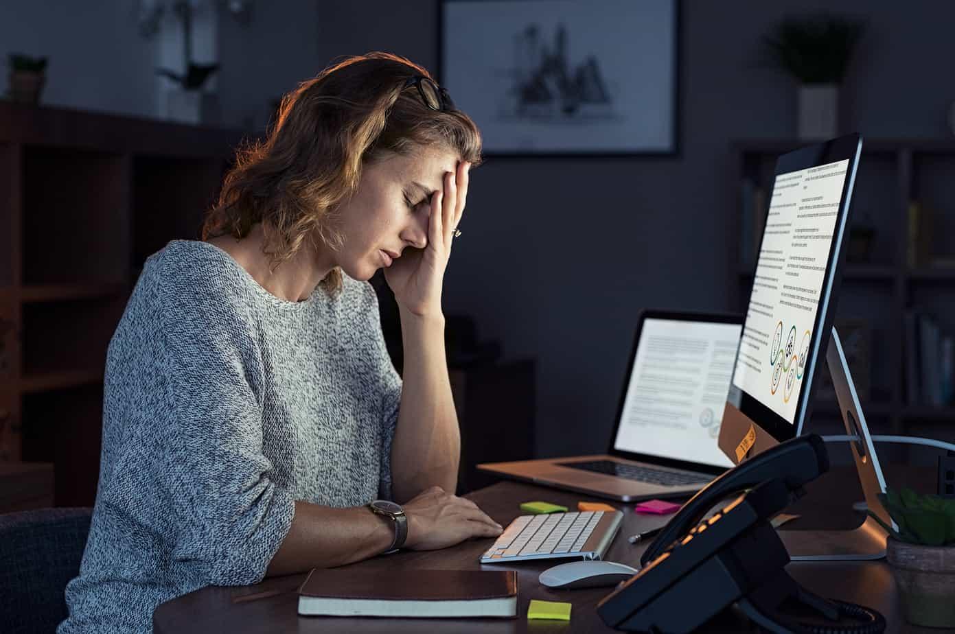 donna manager stanca davanti al computer
