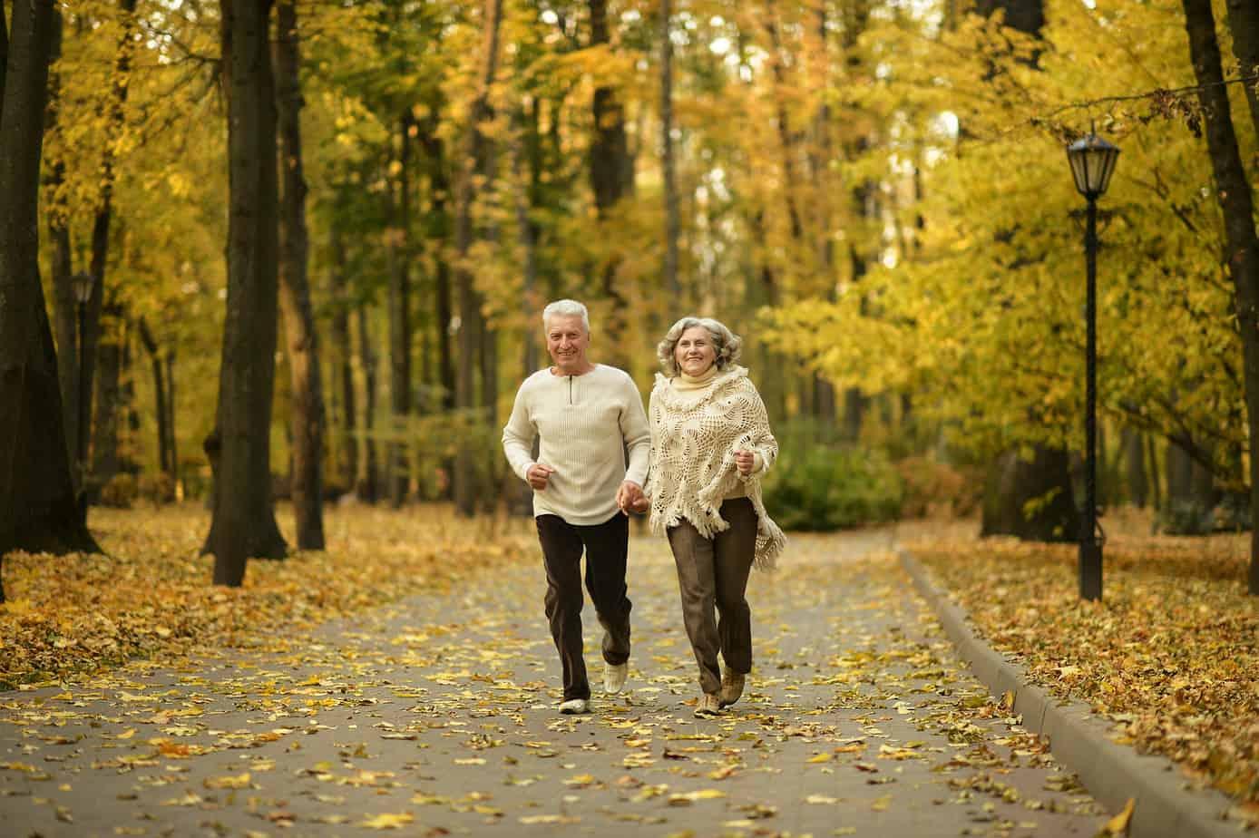 coppia matura si allena camminando al parco la mattina