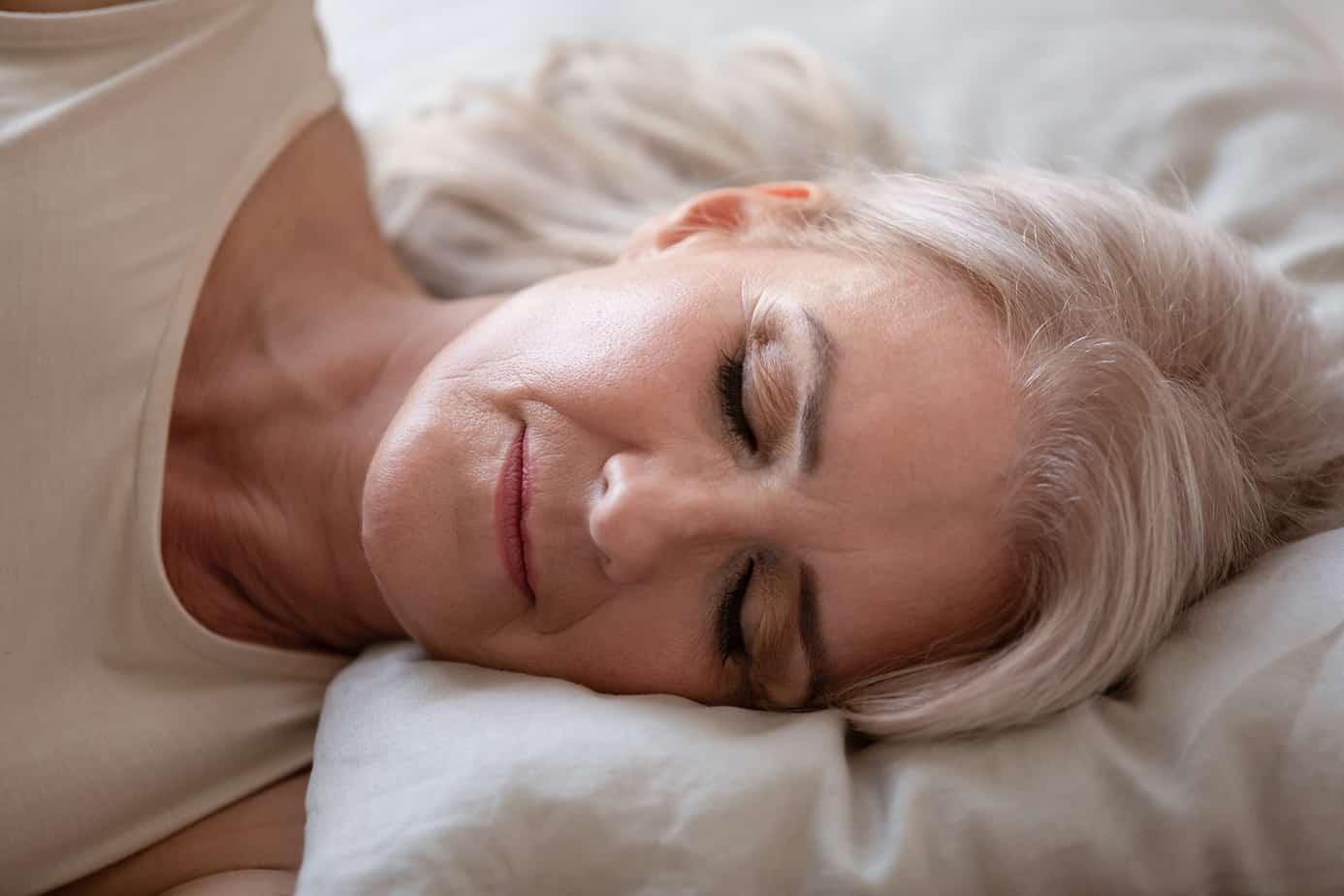 donna dorme con la testa sul cuscino